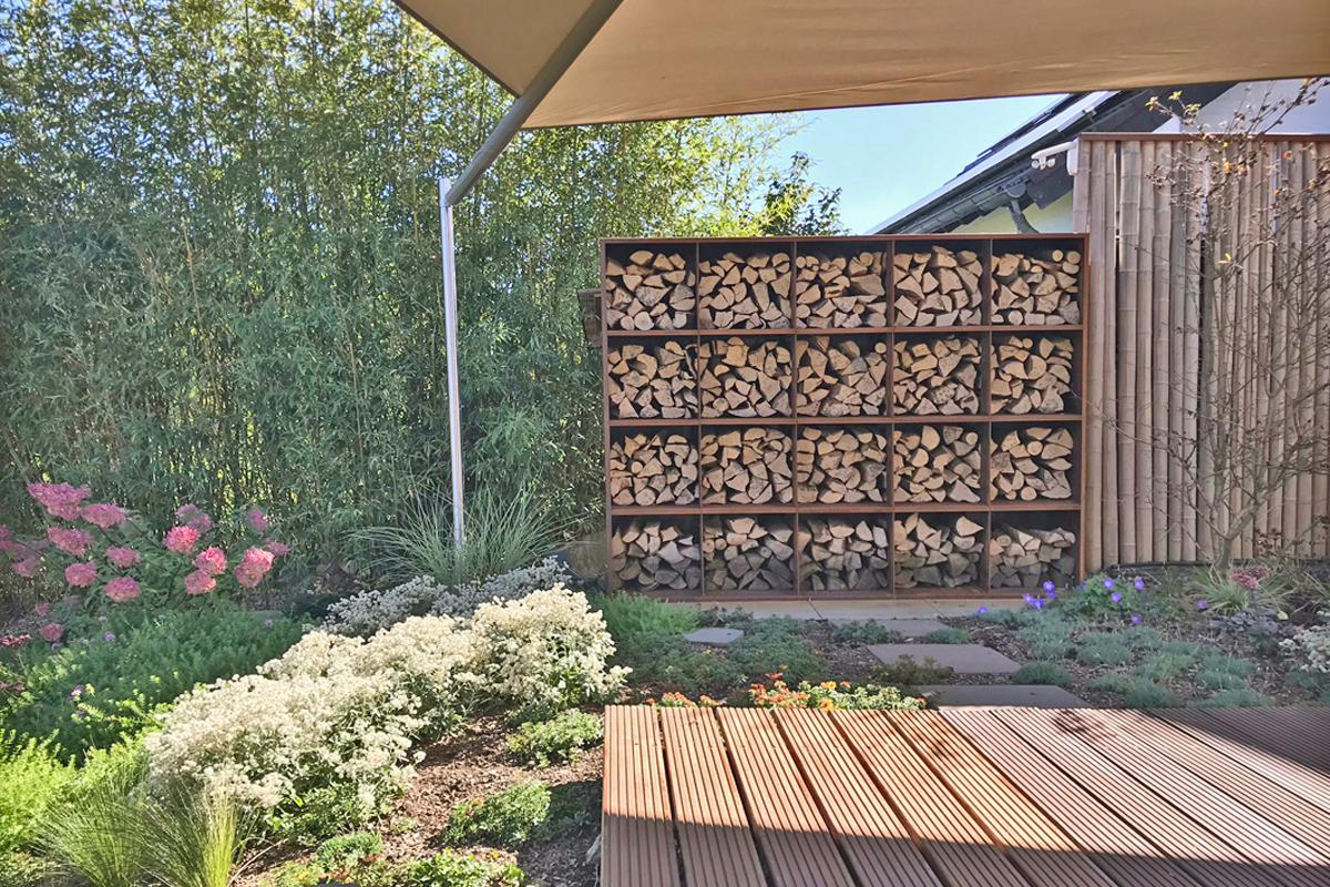 Hangbeete Mit Natursteinmauern Und Modernem Corten Sichtschutz