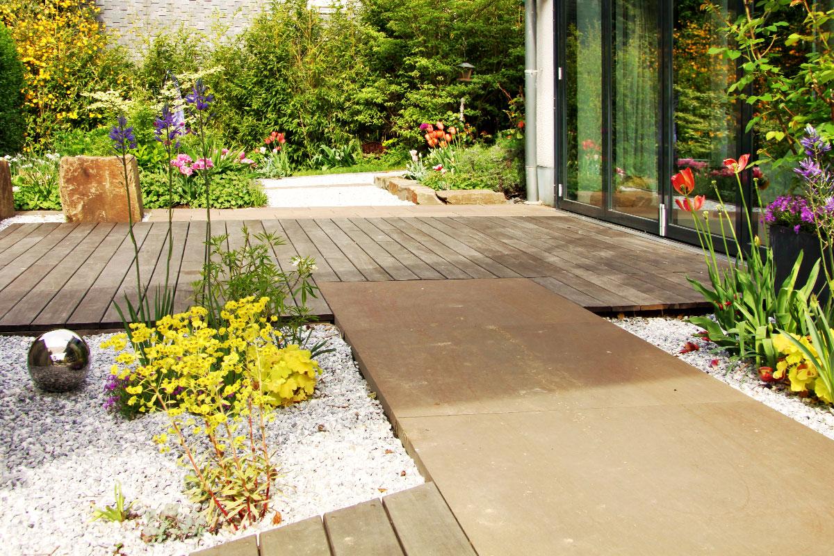 grauwackeplatten-holzdeck-kiesbeet - Garten- und ...