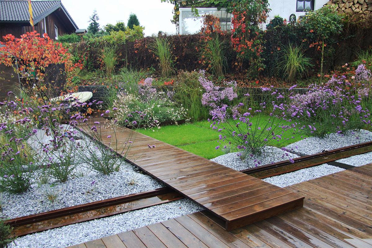 Wasserrinne Corten Kiesbeet Holzsteg Gartenachse Rasenbaender